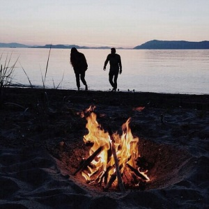 beach-best-friends-couple-fire-Favim_com-3879133